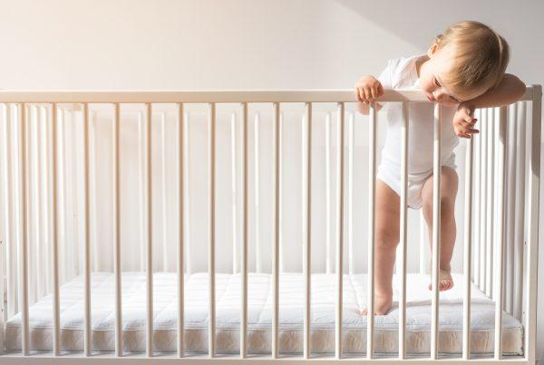 dojencek v prazni postelji