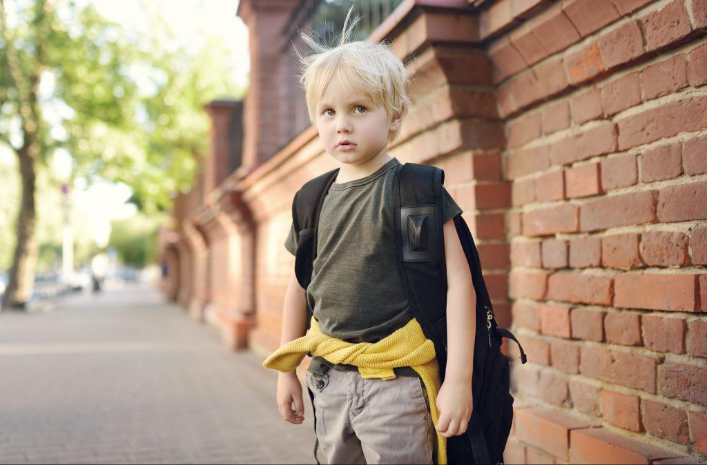 otrok, sola, solska torba, nezadovoljstvo