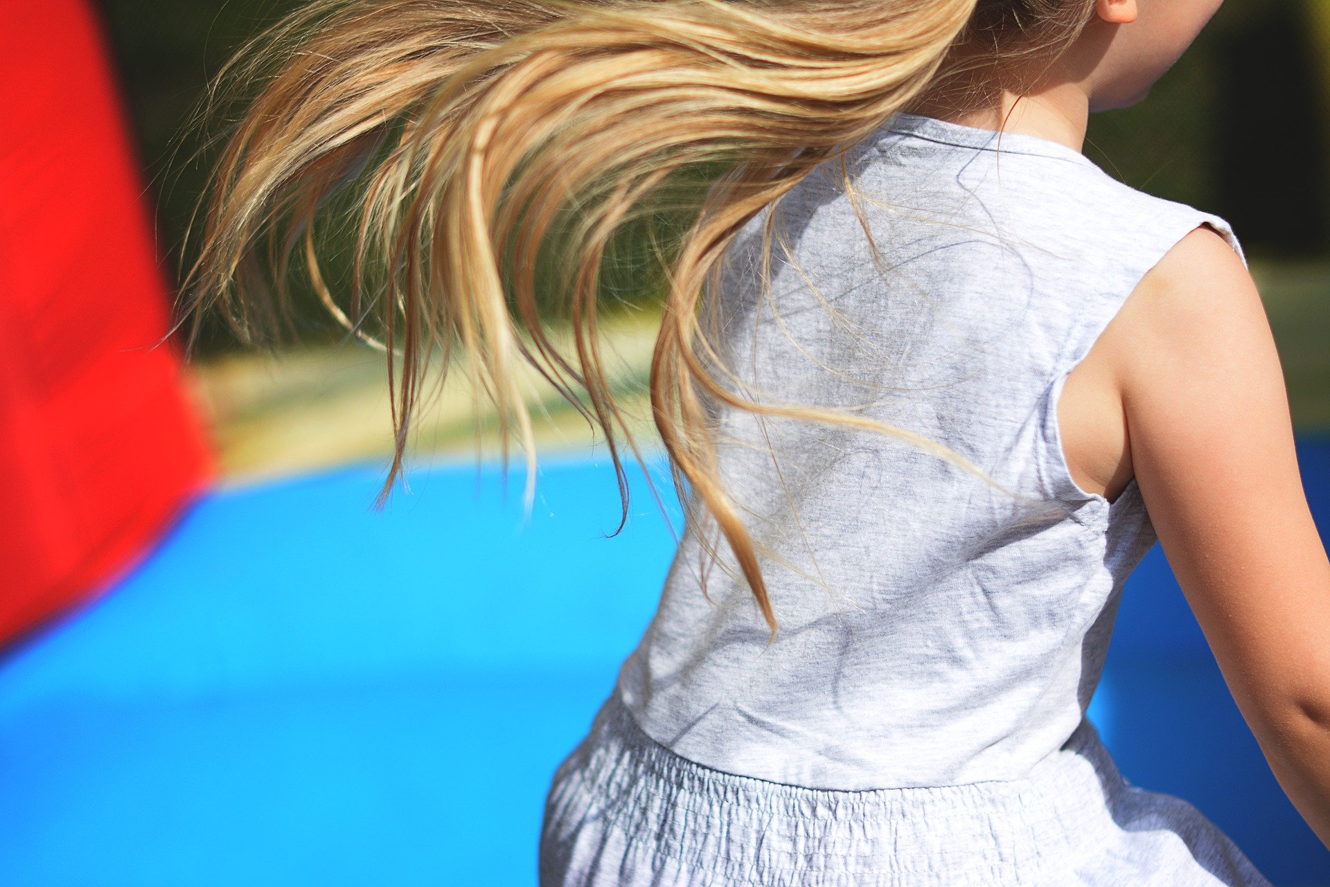 Na trampolinu naenkrat le en otrok