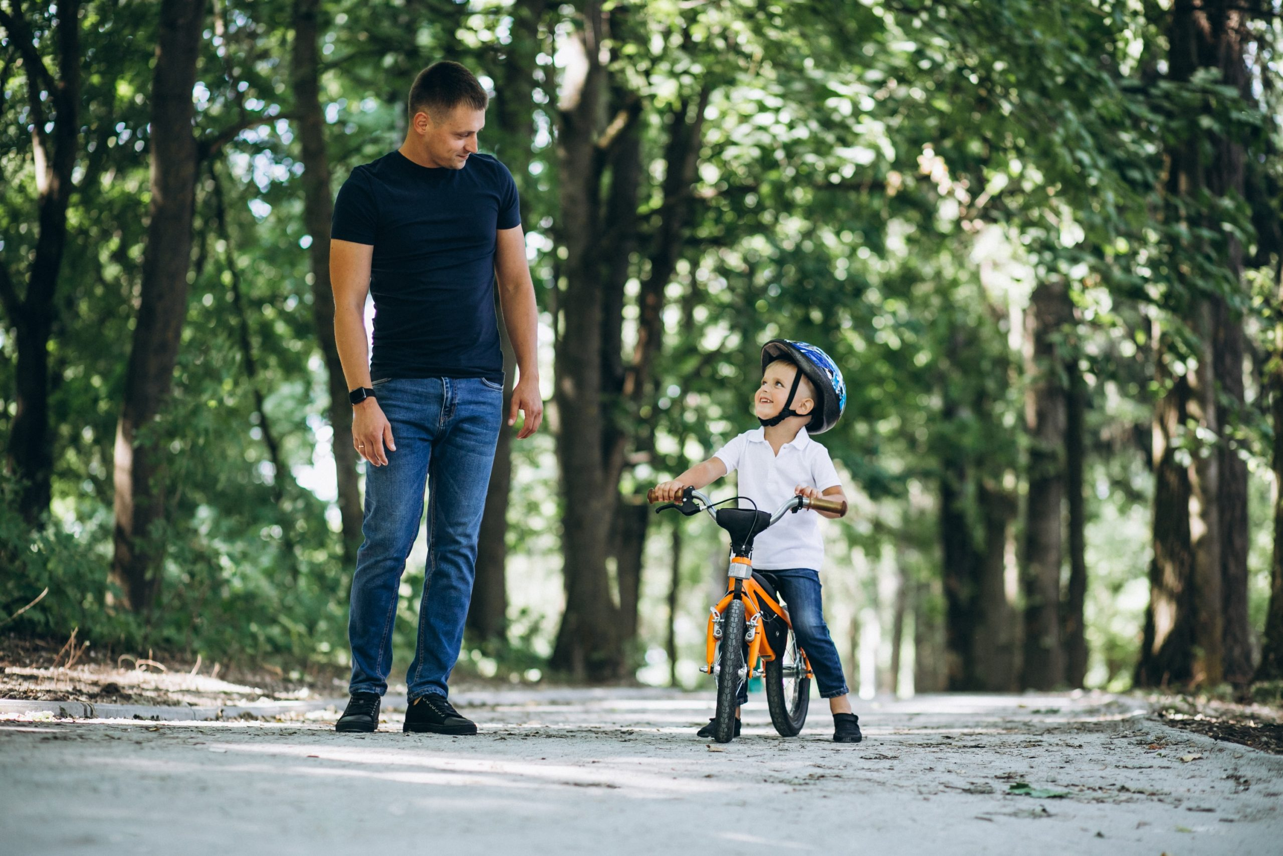 Otrok na poganjalčku in kolesu