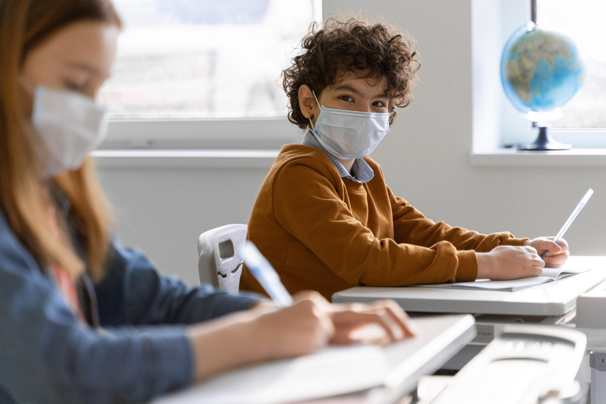 Interaktivni prikaz o okužbah s SARS-CoV-2 med otroci, mladostniki in zaposlenimi v VIZ